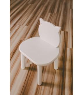 białe krzesełko z drewna dla dziecka