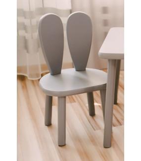 szare krzesełko z drewna